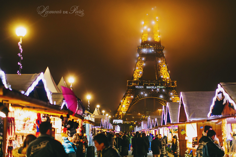paris christmas market in front of the eiffel tower