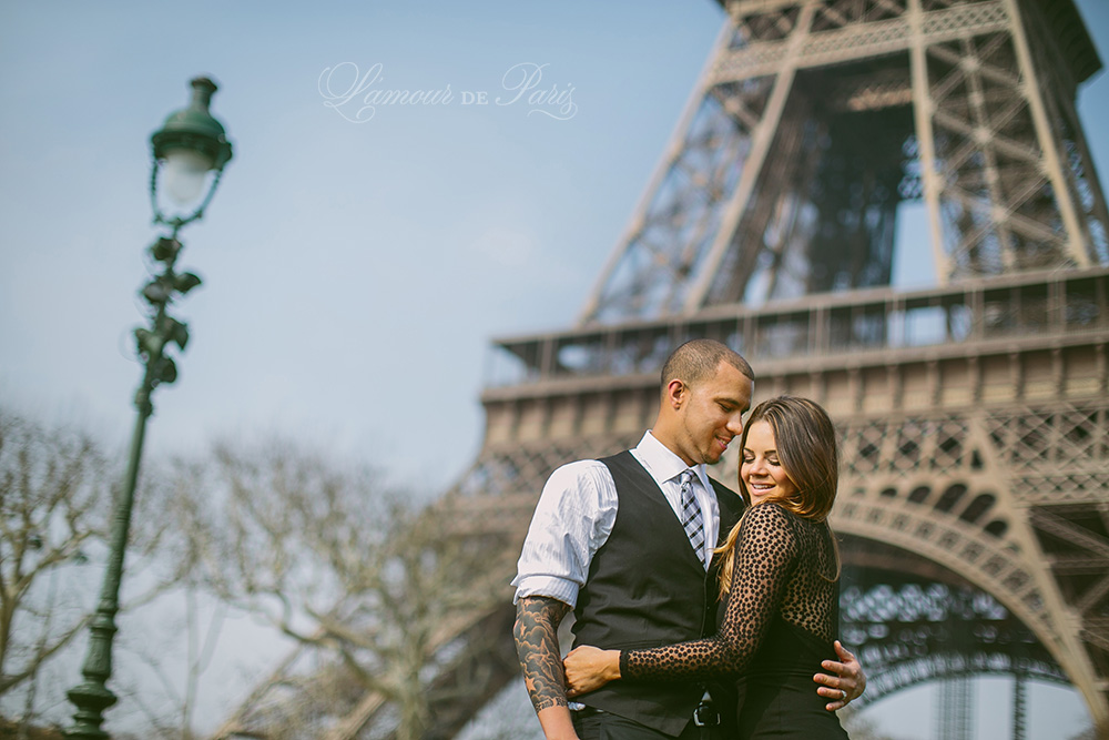 Portrait photo session of Claire and Jason Anderson around the Champ de Mars and the Eiffel Tower by Paris wedding and portrait photographer Stacy Reeves for travel planning blog L