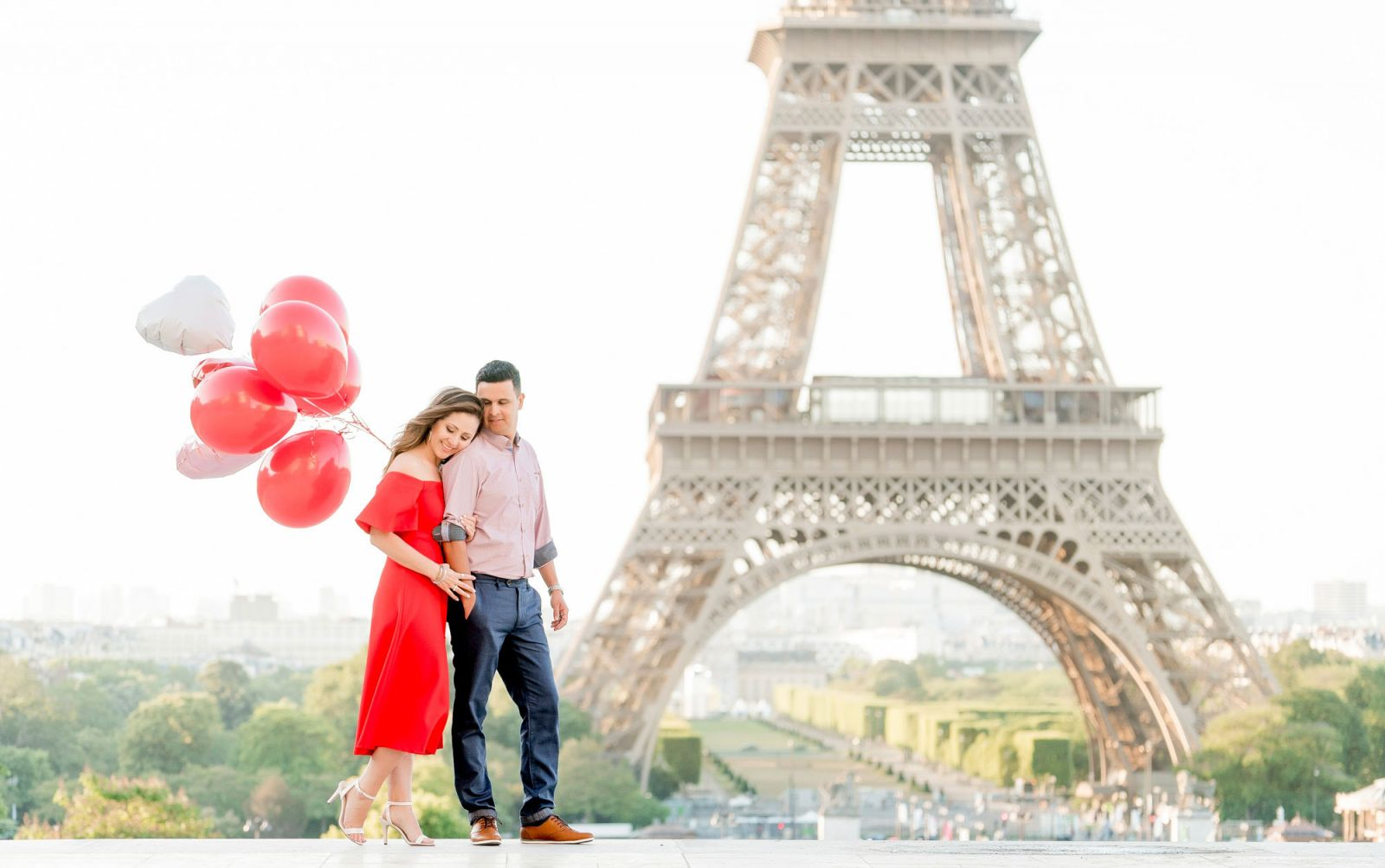 couple with red balloons at eiffel tower