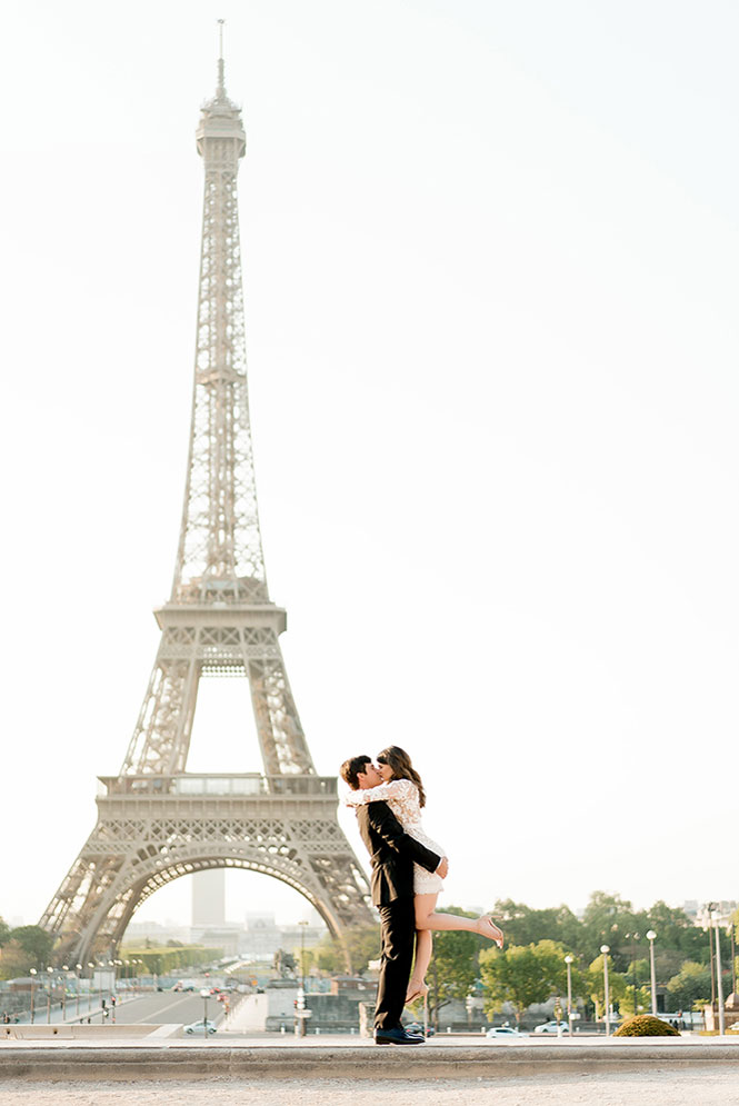 romantic kiss at the eiffel tower
